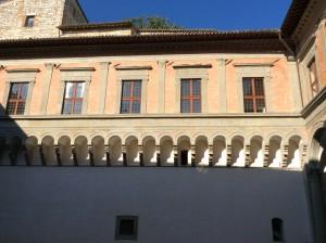 Le arcatelle del lato cieco del cortile di Palazzo Ducale, a Gubbio