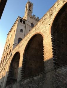 Gubbio, il Palazzo dei Consoli visto dal basso, con gli arconi che reggono la piazza