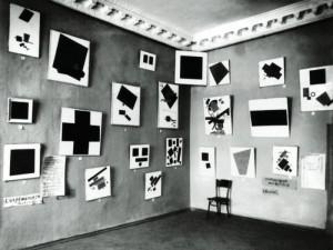 La sala di Malevich per L'ultima mostra futurista 0-10, del 1915